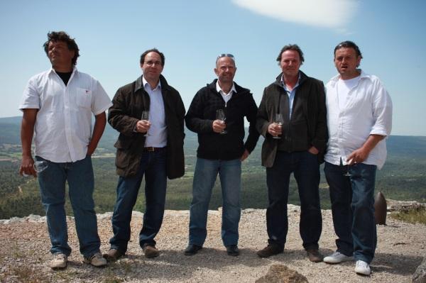 Peter Fischer, à gauche du Chef, et sa bande de vignerons amis sur le sommet le plus haut de leur cru. Photo©DR