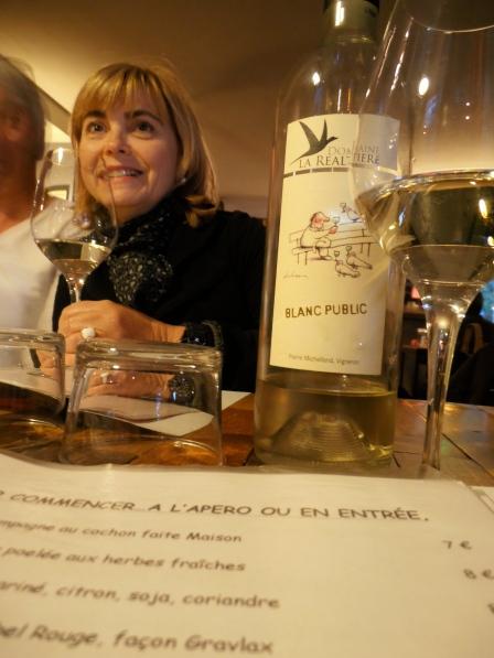 Invités à participer, les journalistes en profitent pour déguster. Ici, Sylvie Tonnaire de Terre de Vins. Photo©MichelSmith