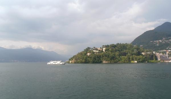 Les ferries sillonnent le lac... Ici à l'approche de Laveno. Photo©MichelSmith