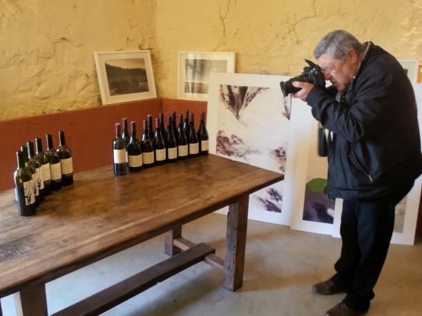 Photographe passionné, Bernard Vidal immortalise la dégustation organisée autour du Carignan. Photo©MichelSmith