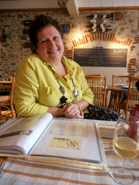 Martine et son impressionnant livre-carte de vins. Photo©MichelSmith