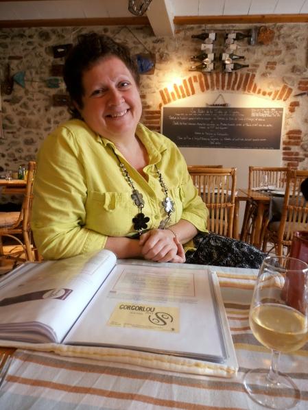 Martine et son impressionnant livre-carte de vins. Photo©MichelSmith