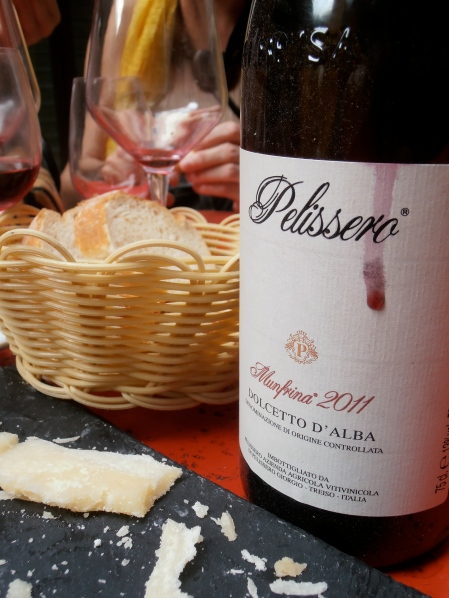 Le Dolcetto d'Alba, sur du parmesan... Photo©MichelSmith