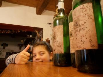 Une autre fan de vin, Manon, fille de Désirée et Sylvain Fadat, auteurs de grands Carignans à Montpeyroux. Photo©MichelSmith