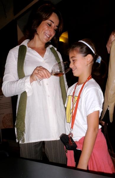 Juliette fait goûter à sa fille le breuvage de ses ancêtres. Photo©MichelSmith