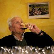 Aimé Guibert déguste son vin...