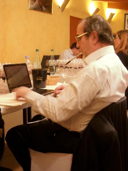 Vu sous cet angle le journaliste dégustateur Bernard Burtschy a plus d'au autour de lui que de vin. Photo©MichelSmith
