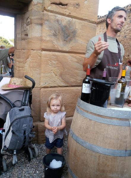 Salomé Besancenot surveille la température des vins de son papa. Photo©MichelSmith
