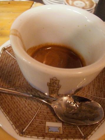 Plaisir du matin italien : un merveilleux café doré Photo©MichelSmith