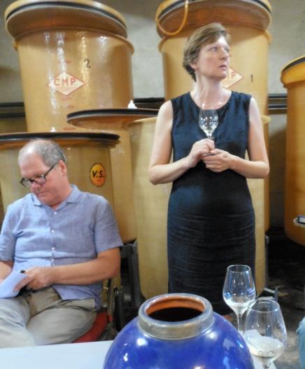 Deborah Core dans sa cave présente les vins avant la dégustation. Photo©MichelSmith