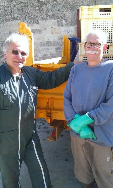 Claude, le beau-frère et son ami Christian. Deux retraités venus prêter main forte. Photo©MichelSmith