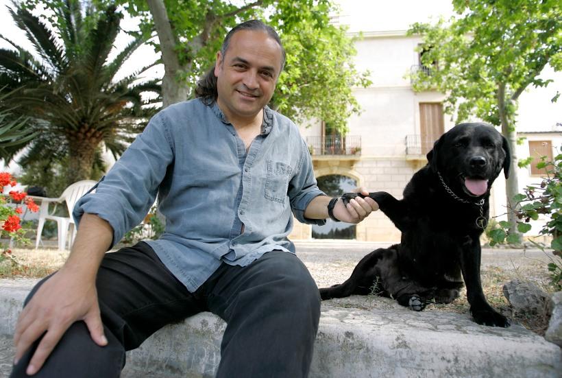 Josep M» Albet i Noya delante de la masia junto Kenia su perro muestra sus vi–as (Albet i Noya) pioneras en vi–as y vinos ecologicos on June 25, 2009 in Sant Pau d«Ordal, near Barcelona. AFP PHOTO / JOSEP LAGO