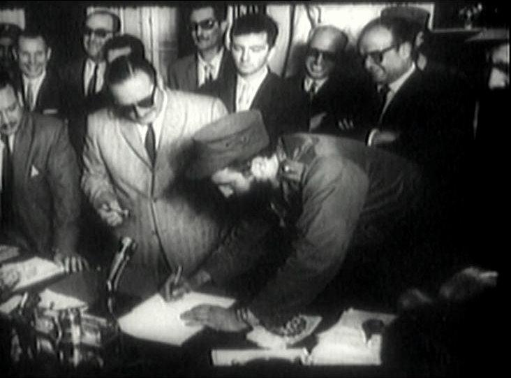fidel_castro_firma_como_primer_ministro_-_1959